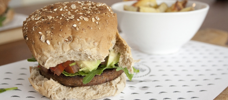 Vegetarische hamburger met pittige salsa